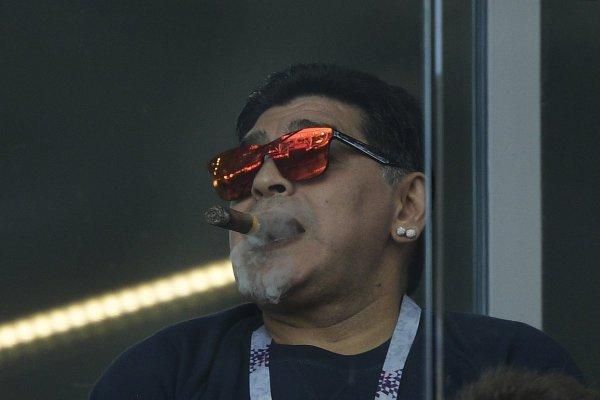 В соцсетях посмеялись над Марадоной с сигарой на стадионе