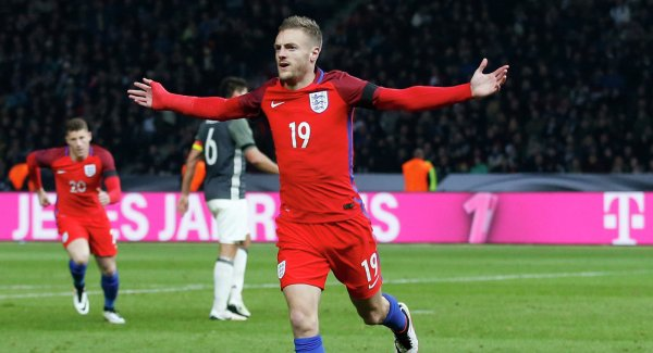Футболисты английской сборной устроили заплыв на единорогах